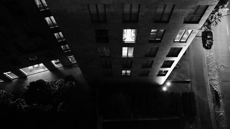 Haus in der Nacht mit beleuchteten Fenstern