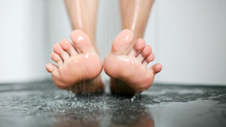 Füße unter der Dusche