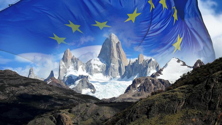 Die Flagge der Europäischen Union über den Anden.