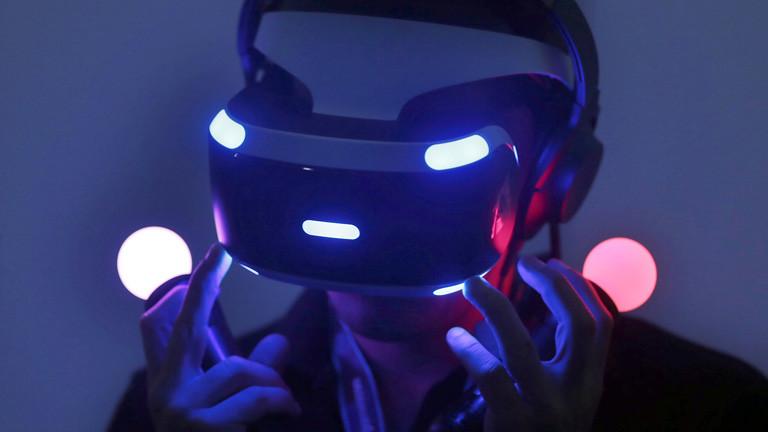 in Fachbesucher testet am 17.08.2016 in Köln (Nordrhein-Westfalen) auf der Spielemesse Gamescom mit einer VR-Brille.