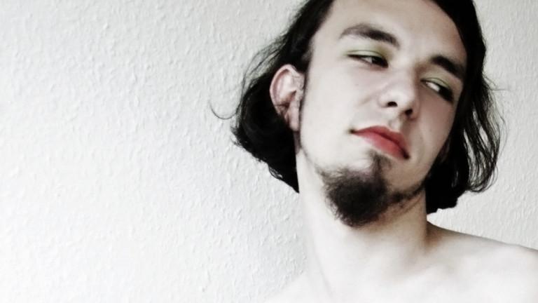 Ein geschminkter Mann.