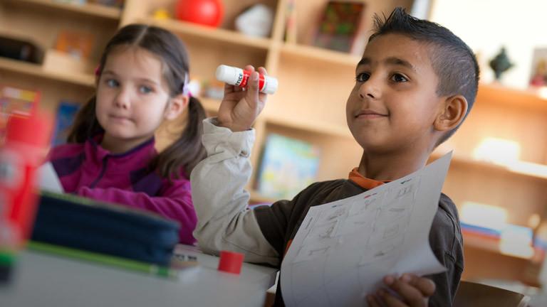 Zwei Kinder in der Schule