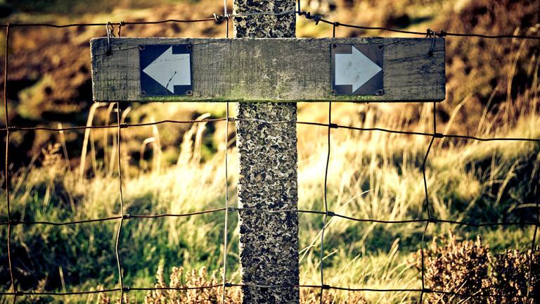 Ein Schild mit zwei Pfeilen, einer zeigt nach links, einer nach rechts