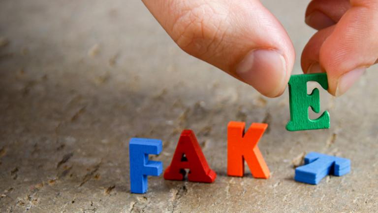 """Bunte Buchstaben ergeben die Begriffe """"Fakt"""" und """"Fake""""."""