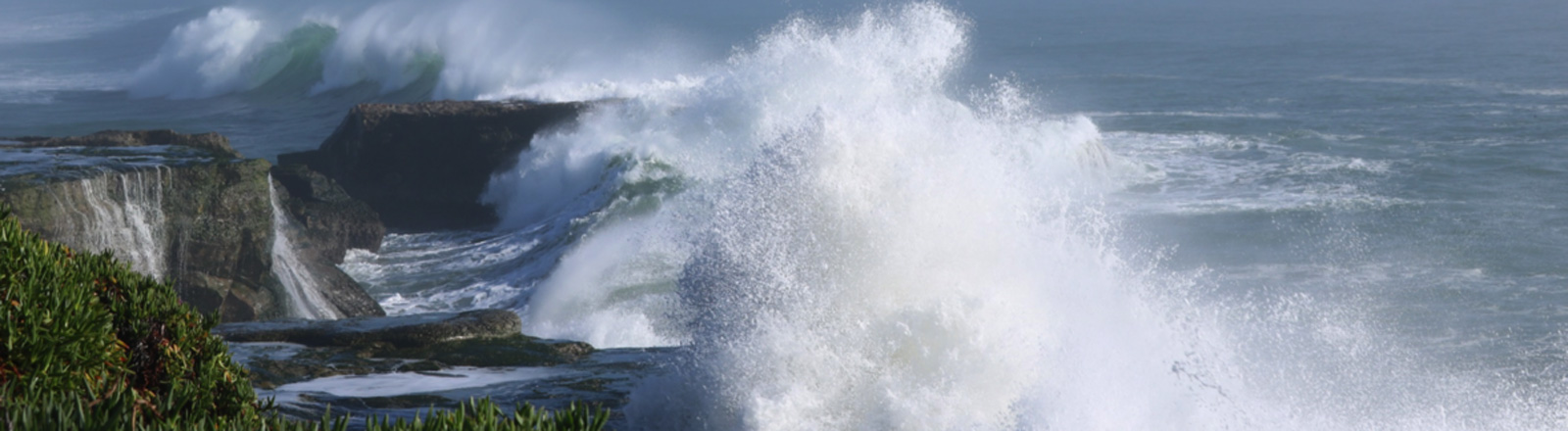 Große Sturmwellen prallen auf die Küste bei Santa Cruz, Kalifornien.