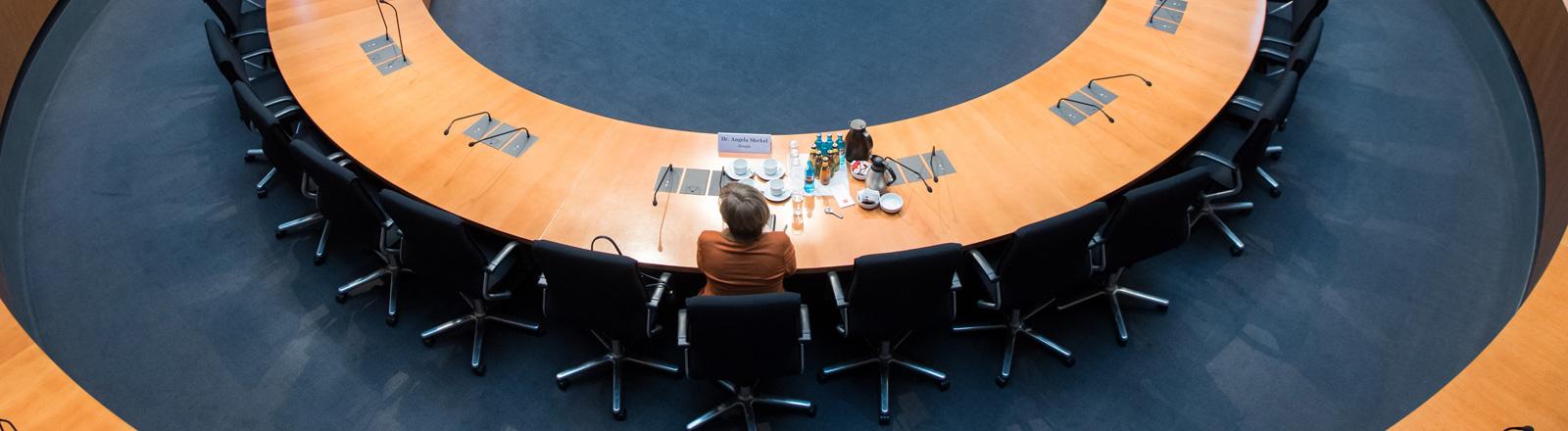 Bundeskanzlerin Angela Merkel sitzt vor dem NSA-Untersuchungsausschuss im Deutschen Bundestag.