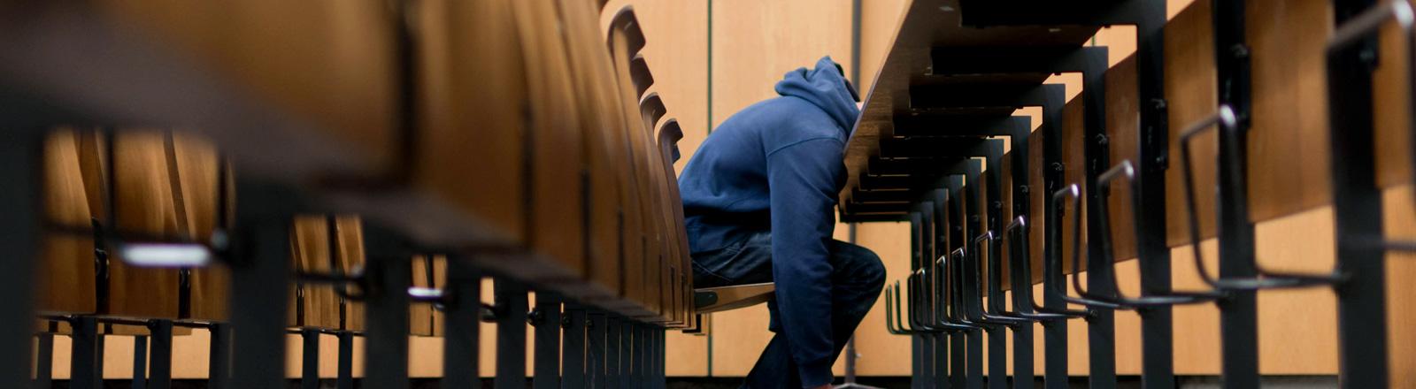 Verzweifelter Student im Hörsaal