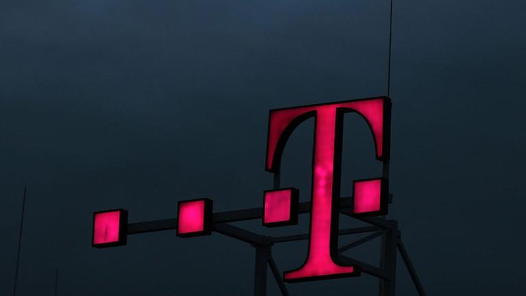 Logo der Deutschen Telekom an der Unternehmenszentrale in Bonn