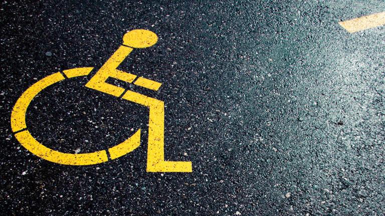 Rollstuhlzeichen auf Asphalt