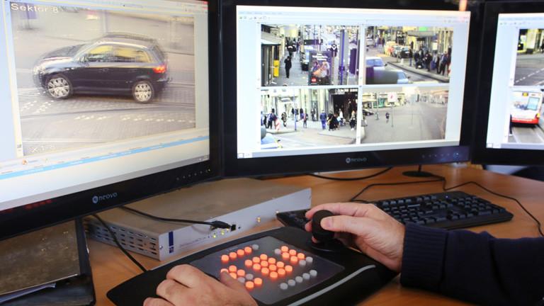 Mehrere Bildschirme zeigen Bilder von Überwachungskameras