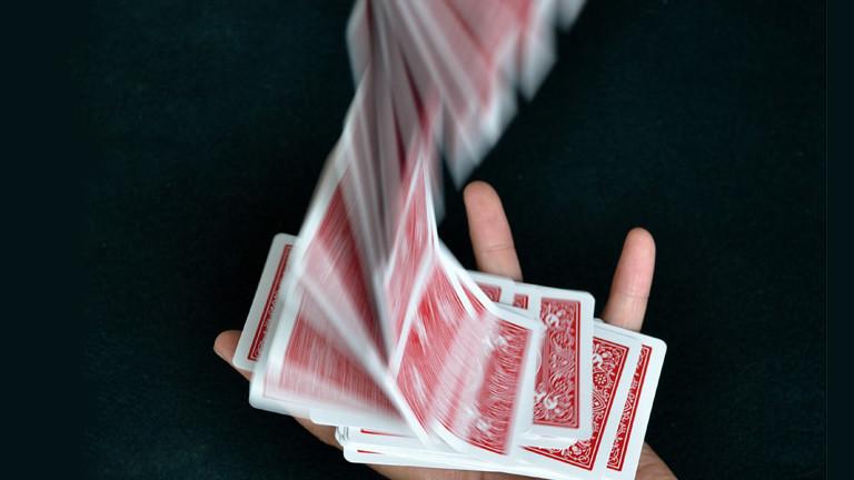 Menschliche Hand mit Spielkarten