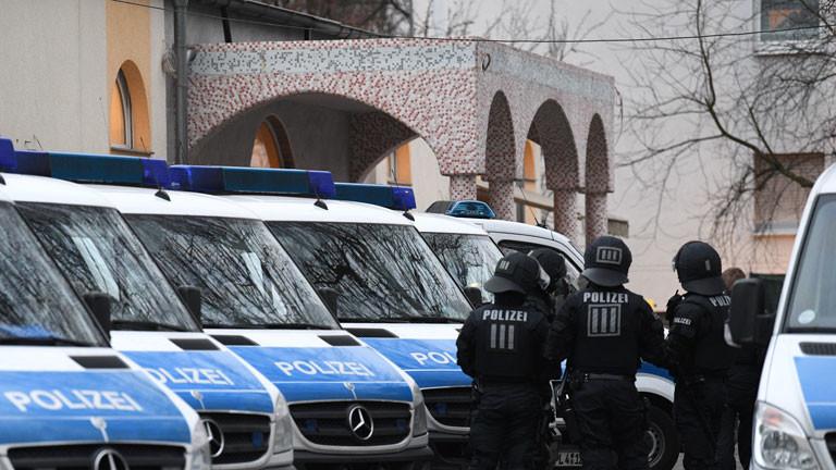 Polizisten stehen am 01.02.2017 auf dem Gelände der Bilal Moschee in Frankfurt am Main (Hessen) im Stadtteil Griesheim an ihren Fahrzeugen. Die Polizei hat am Mittwoch mehrere Objekte in ganz Hessen wegen Terrorverdachts durchsucht. Insgesamt 54 Objekte seien betroffen gewesen, teilte die Oberstaatsanwaltschaft Frankfurt am Main mit.