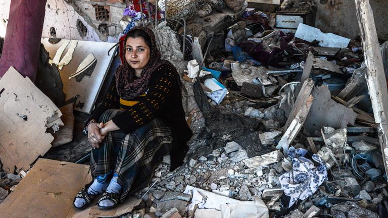 Eine Frau sitzt in ihrem zerstörten Haus in Cizre, im Südosten der Türkei.