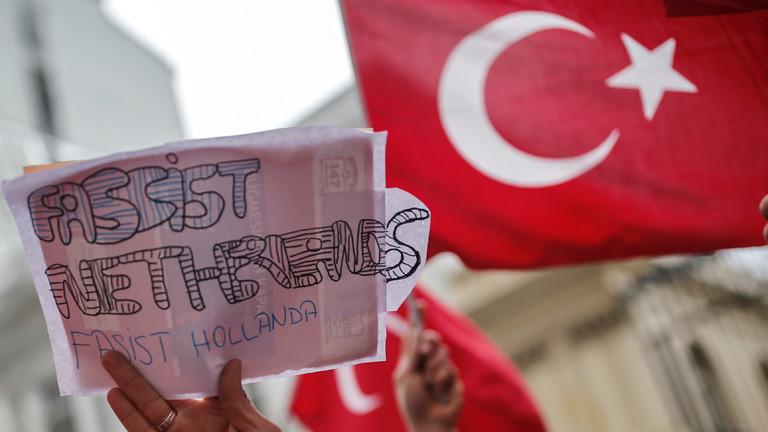 Türken demonstrieren am 12.03.2017 mit türkischen Fahnen vor dem niederländischen Konsulat in Istanbul, Türkei.