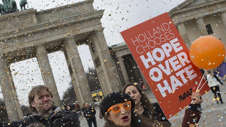 Demonstranten danken vor dem Brandenburger Tor den Niederländern dafür, bei den Parlamentswahlen den Aufstieg der Rechtspopulisten in Europa gestoppt haben