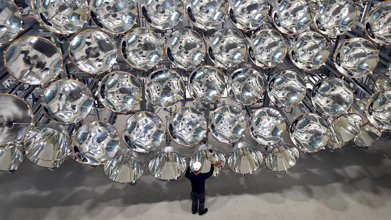 Ein Mitarbeiter steht vor den Xenon Kurzbogen Lampen im Deutschen Zentrum für Luft- und Raumfahrt in Jülich. Sie bilden eine große künstliche Sonne, Synlight genannt.