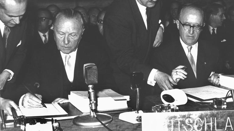 Bundeskanzler Konrad Adenauer (links) und der Staatssekretär im Auswärtigen Amt, Walter Hallstein, setzen am 25. März 1957 im Konservatoren-Palast auf dem Kapitol in Rom ihre Unterschriften unter die Römischen Verträge (Archivbild).