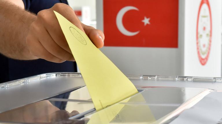 Auf dem Messegelände in Karlsruhe (Baden-Württemberg) wird zur Präsentation für die Medien am 31.07.2014 in eine Wahlurne zur türkischen Präsidentschaftswahl ein Stimmzettel eingeworfen.