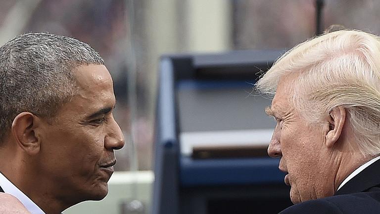 Obama und Trump schauen sich an