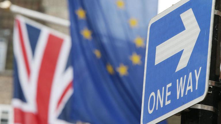 Ein Einbahnstraße-Schild steht am 10.03.2017 am Europahaus am Smith Square in London (Großbritannien) vor einer Europaflagge und einem Union-Jack dahinter.