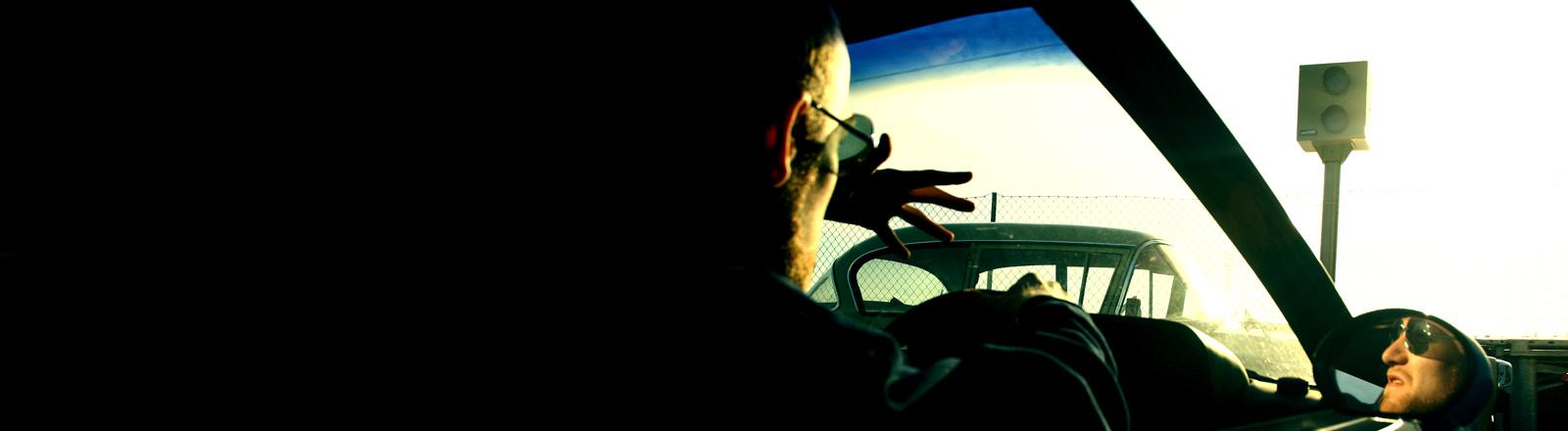 Ein Mann im Auto regt sich über eine Blitze auf.