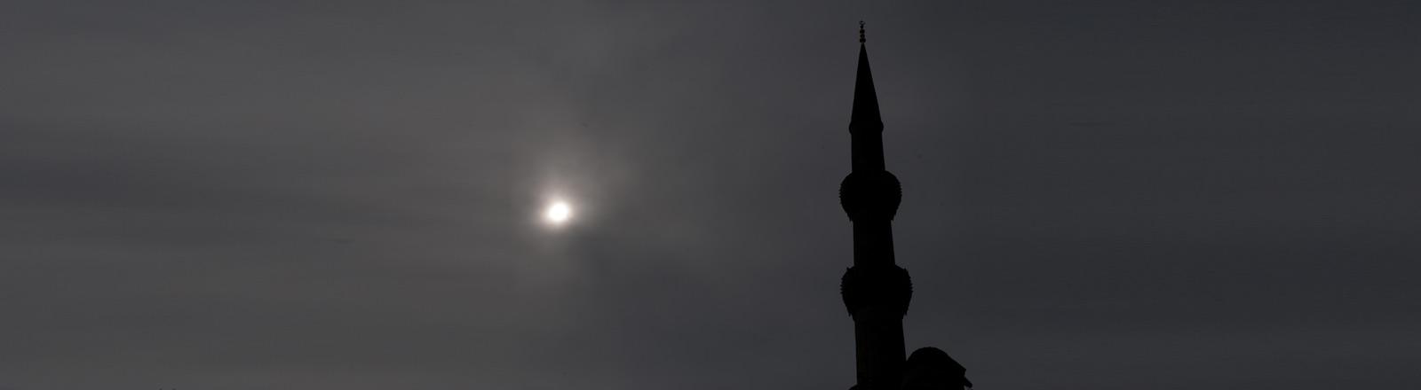 Ein Minarette in der Dämmerung