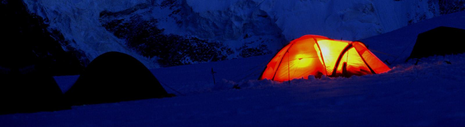 Ein Zelt in den Bergen