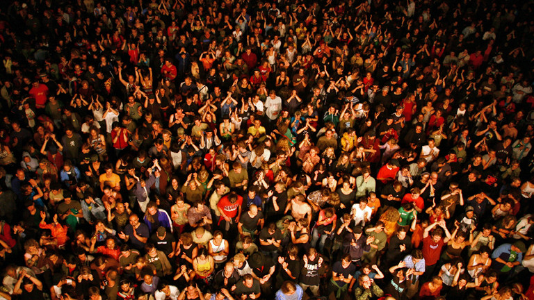 Eine Menschenmenge von oben.