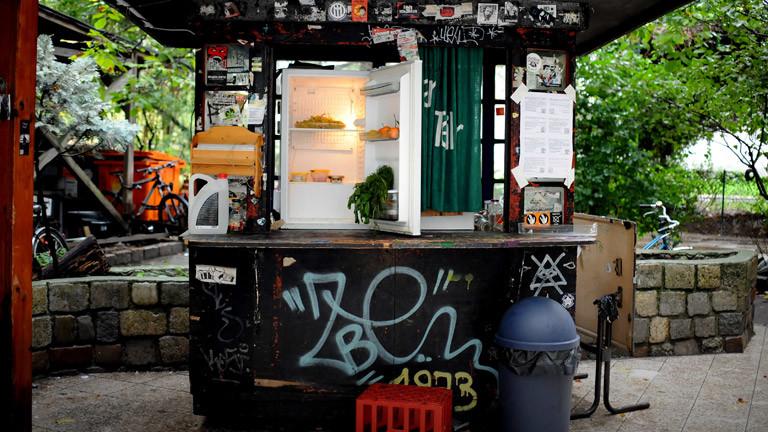 """Ein öffentlich zugänglicher Kühlschrank bildet einen """"Fairteiler"""" - eine Lebensmittelstation des Vereins Foodsharing."""