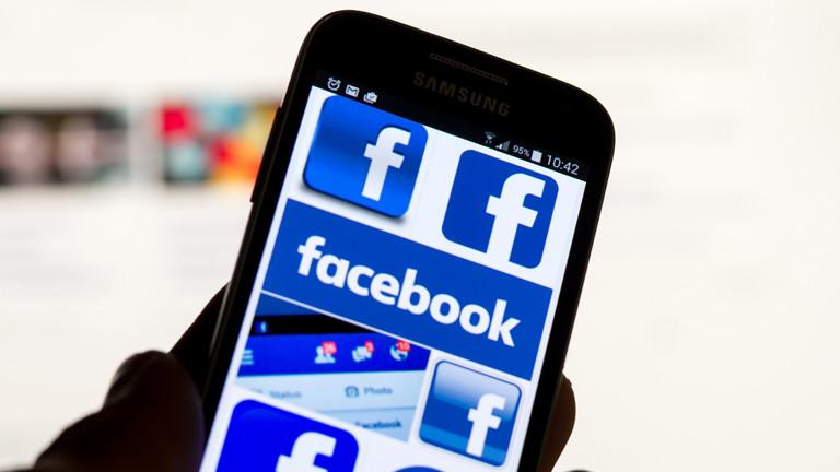 Smartphone auf dem gerade Facebook aufgerufen wird.