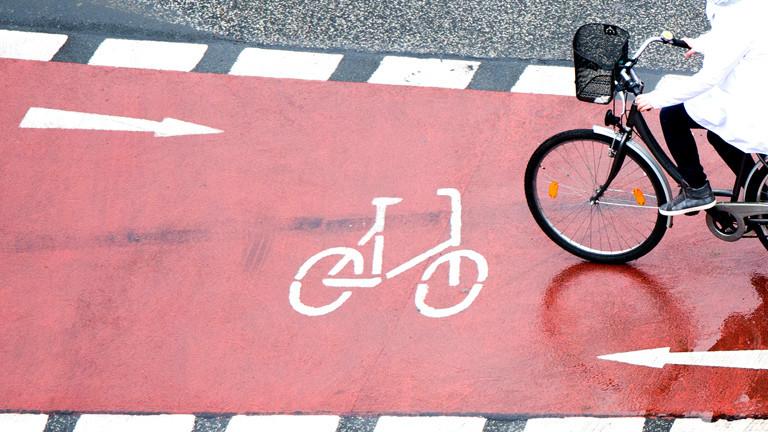 Ein Fahrrad fährt auf einem Fahrradweg.