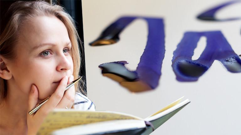 Frau mit Tagebuch und Stift, daneben Tintenschrift
