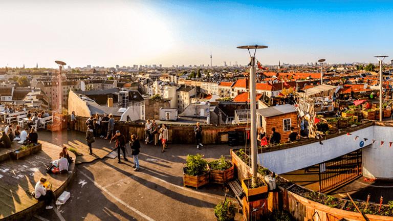 Stadtpanorama über den Dächern Berlins im Klunkerkranich