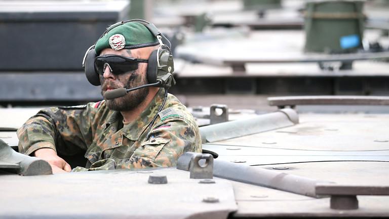 Soldat schaut aus einem Panzer