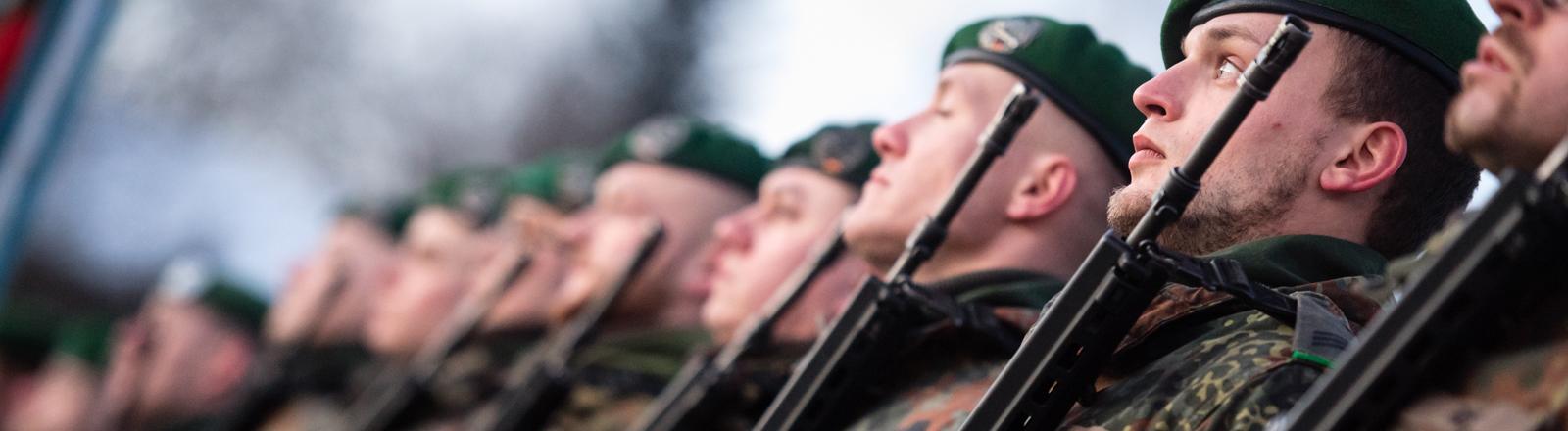 Bundeswehrsoldaten nehmen am 19.01.2017 an einem Verabschiedungsappell im Jahn-Stadion in Oberviechtach (Bayern) teil