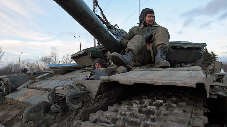 Ein ukrainischer Soldat sitzt am 08.02.2015 auf seinem Panzer und macht eine Pause.