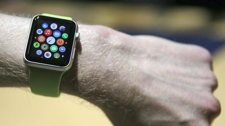 Journalisten testen im Apple Store in Berlin am 09.03.2015 die neue Computeruhr von Apple; Bild: dpa