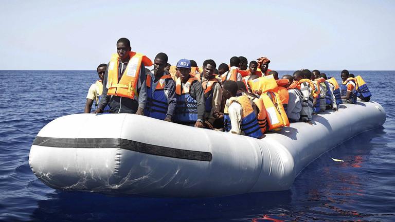 Flüchtlinge sitzen in einem Boot auf dem Mittelmeer. Sie wurden gerettet und sitzen in einem Boot der Sicherheitskräfte; Bild: dpa