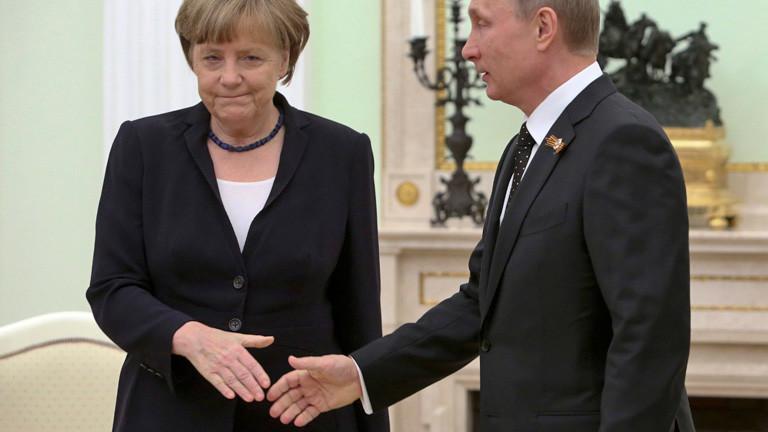 Vladimir Putin geht auf Angela Merkel zu und reicht ihr die Hand. Merkel streckt ihm ihre Hand entgegen, hat aber einen mürrischen Gesichtsausdruck, 10. Mai, bei einem Treffen in Moskau; Bild: dpa