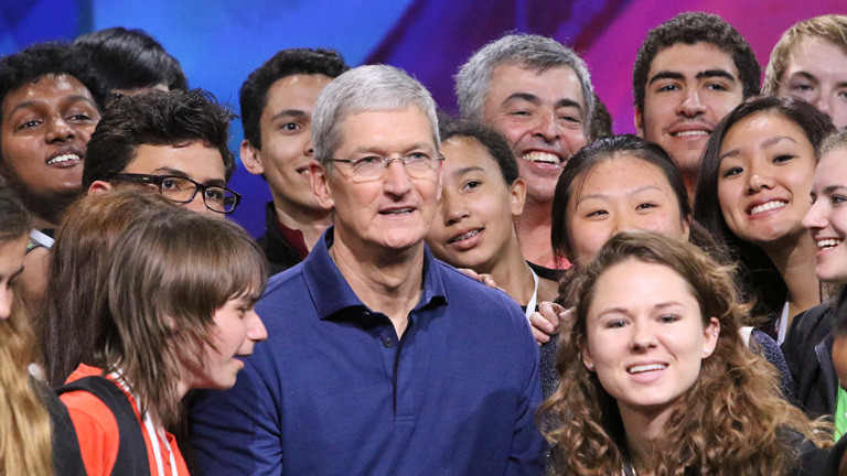 Apple-Chef Tim Cook ist umgeben von jungen Leuten. Sie sind Gewinnern eines Stipendienprogramms. Am 08.06.2015 auf der Entwicklerkonferenz WWDC 2015; Bild: dpa