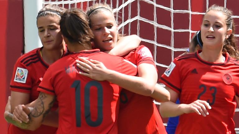 Szene beim Spiel Deutschland gegen Thailand während der Fußball-Frauen-WM 2015; Bild: dpa