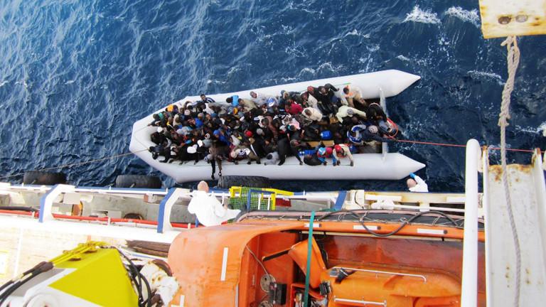 Die Aufnahme vom 05.02.2015 zeigt ein Flüchtlingsboot neben dem Frachtschiff