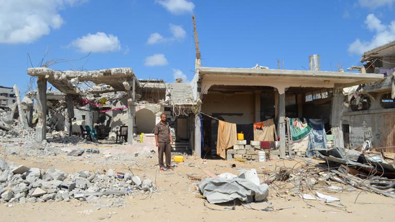 Saleh Abu Aser steht am 24.06.2015 vor den Trümmern seines Hauses in Sadschaija.