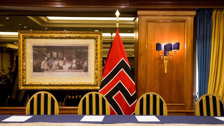 Flage der Partei Goldene Morgenröte in Griechenland