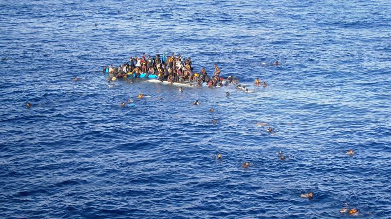 ie Aufnahme vom 12.04.2015 zeigt Flüchtlinge, die mit ihrem Boot in unmittelbarer Nähe des Frachtschiffes