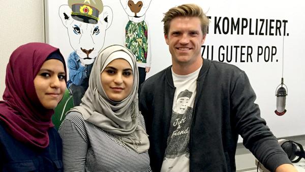 Die Schwestern Marwa und Enas Zakrour aus Damaskus mit Moderator Thilo Jahn