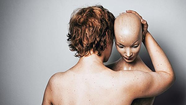 Frau mit Schaufensterpuppe im Arm