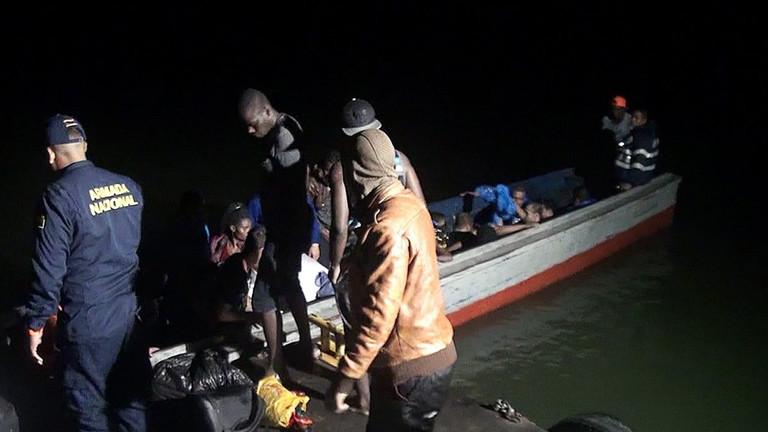 Kolumbianische Grenzsoldaten retten illegale Flüchtlinge, die versuchten mit einem Boot den Morosquillo Golf bei Turbo zu überqueren und nach Panama zu gelangen.