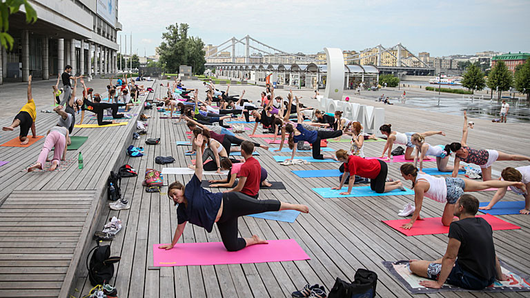 Öffentliches Yoga im Muzeon Arts Park in Moskau