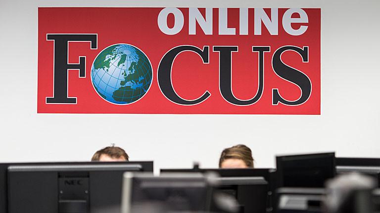 Focus Online Redakteure hinter ihren Monitoren